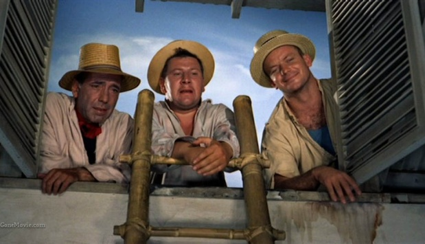 Humphrey Bogart (Joseph), Peter Ustinov (Jules) and Aldo Ray (Albert) are three prisoners who escape. They want to rob a store by pretending to be fixing the roof of a merchant. Now they can take insight into the private life of the family.